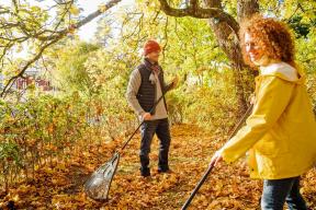 Podzimní úklid zahrady se neobejde bez hrabání spadaného listí. Aby vám šlo hrabání co nejlépe od ruky, použijte ergonomické a lehké hrábě na listí Solid XL. Cena 670 Kč (FISKARS)