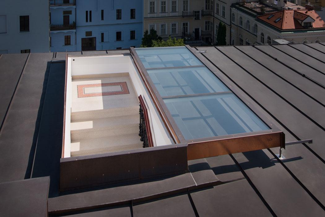Instalace střešních dveří Solara před položením dřevěné terasy na novém pražském hostelu pro studenty (Zdroj: Solara)