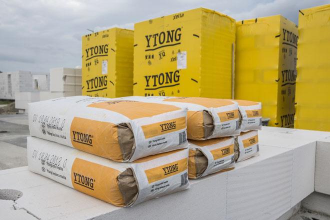 Současní výrobci stavebních materiálů už těžko přijdou s výrazným zlepšením tepelněizolačních vlastností nebo se zcela novým řešením. Proto se jejich inovace zaměřují na to, jak stavebníkům zjednodušit výstavbu a snížit rizika chyb. Vytvářejí proto kompletní stavební systémy, z nichž nejucelenějším řešením celé stavby včetně povrchových úprav je Ytong. (Zdroj: Ytong)