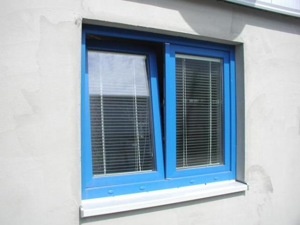 """Pokud okny táhne, nejdou pořádně dovřít, případně mají zkroucená křídla, je čas vyměnit je za nová. """"Špaletová okna sjednoduchými skly mohou dobře sloužit, svými tepelněizolačními vlastnostmi se s moderními okny sizolačním dvojsklem nebo trojsklem nemohou vyrovnat,"""" říká Ing. Jiří Korbelář zVEKRA okna."""