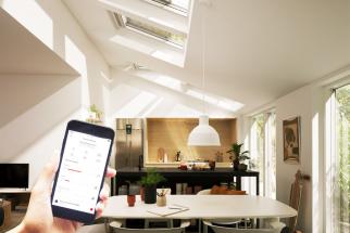 Střešní okna VELUX kategorie Standard Plus lze jednoduše doplnit o elektrické ovládání. K dispozici je set k adaptaci okna na solární nebo elektrický pohon. Solární napájení nachází uplatnění tam, kde stavebník dopředu nemyslel na přívod elektroinstalace nebo dodatečný přívod není možný. Uživatelé solárního pohonu se nemusí obávat ani zatažených dnů. Součástí setu k adaptaci okna na solární pohon je baterie, která zajistí dostatek energie na 100 otevření nebo zavření. Pokud je ke střešnímu oknu přivedena elektroinstalace, je výhodné využít set s elektrickým napájením. Dokoupit lze také baterii pro případ výpadku elektrické energie. (Zdroj: VELUX)