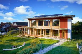 Absolutním vítězem jubilejního 10. ročníku soutěže E.ON Energy Globe se stal vlastnoručně postavený pasivní dům ze slámy vDobřejovicích u Prahy. Stavba využívá dešťovou vodu, fotovoltaiku a vytápění dřevem. Obyvatelé slaměného domu tak ročně ušetří až 40 procent pitné vody. Návštěvu vítězného domu připravuje naše partnerská redakce do únorového čísla časopisu Rodinný dům, které vyjde 14.2.2019.