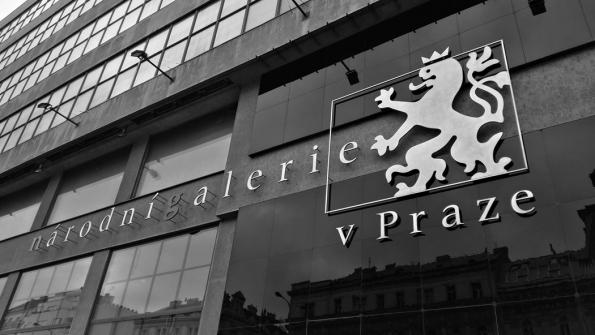 V prostorách Veletržního paláce Národní galerie Praha se otevírá od 13. listopadu tradiční prestižní výstava Cena Jindřicha Chalupeckého 2018, která potrvá až do 6. ledna 2019. Mezi pěti letošními nominovanými umělci na nejvýznamnější české ocenění pro vizuální umělce je také Lukáš Hofmann, student Akademie výtvarných umění v Praze, který ve své prostorové instalaci v rámci výstavy využil pro své umělecké ztvárnění prostoru příslušenství od společnosti Baumit, konkrétně ochrannou fasádní síť s jejím logem. (Zdroj: Baumit)