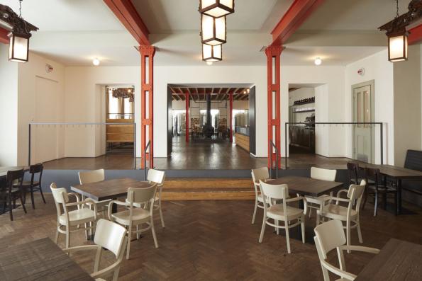 Dvě ze staveb oceněných titulem Finalista stojí vhorském prostředí. Pivovar Trautenberk (ADR / Petr Kolář, Aleš Lapka, 2017) vznikl rekonstrukcí původní Tippeltovy boudy, později známé jako hotel Družba, vHorní Malé Úpě vKrkonoších a i dnes si zachoval také funkci horské ubytovny.