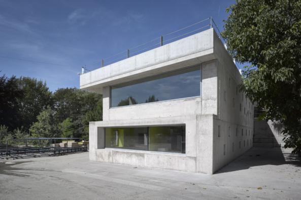 Hlavní cenu porotci udělili architektonické kanceláři Architektura za realizaci Administrativní budovy ve Strančicích (2016). Autor díla David Levačka Kraus navrhl novostavbu administrativní budovy zasazené do průmyslového areálu zhotovené inovativní technologií zlehkého betonu. Vcelé Evropě je přitom jen pomálu budov, které byly postaveny ztohoto materiálu.