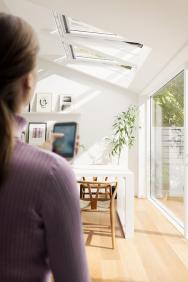 Systém Velux Active sNetatmo pro zdravější klima vdomácnosti. Senzory monitorují teplotu, vlhkost aúroveň CO2 apodle toho otevírají azavírají vaše střešní okna, rolety ažaluzie (VELUX)