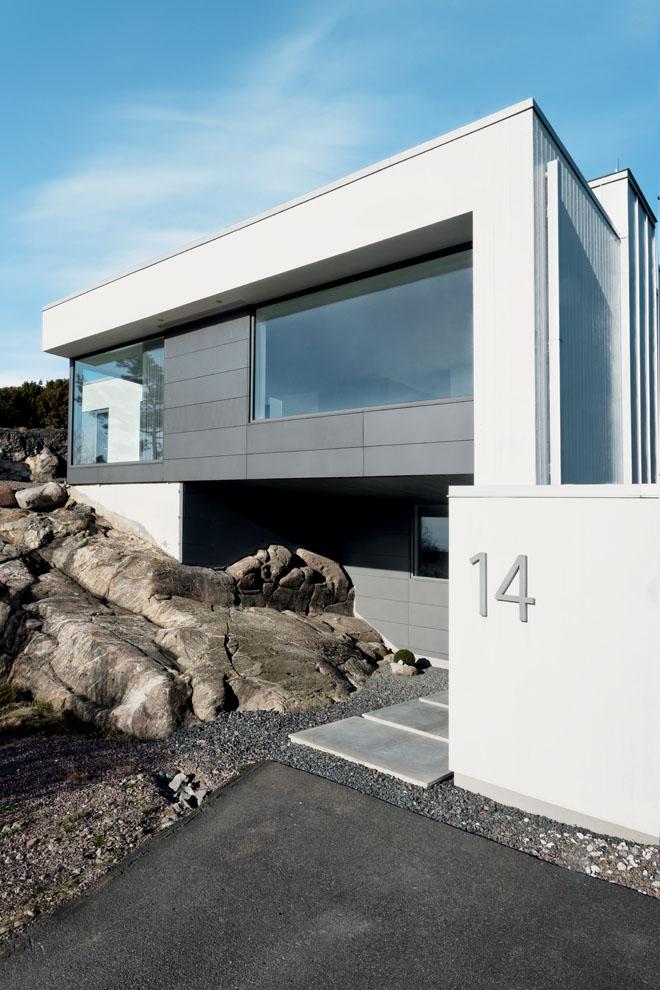 Zářivá barva betonových konstrukcí kontrastuje se šedivými povrchy a barvou profilů fasádních systémů Schüco FW 50+.HI. (Zdroj: Schüco, autor fotografií: Sofia Sabel, Gothenburg)
