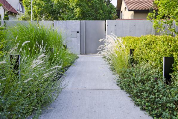 Používejte nazahradě traviny. Krásně se doplňují smoderní architekturou, sbetonem isklem (Ateliér Flera)