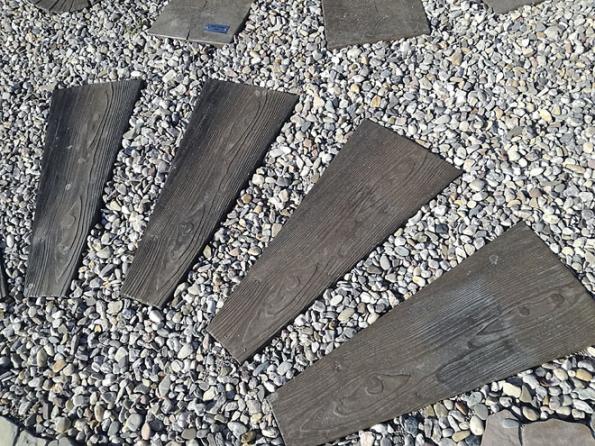 Dlažby BARK jsou vyráběny vněkolika reliéfech – kůra, pražec, prkno, trám, pařez, letokruh. Lze je využít veformě nášlapné desky nebo znich vyskládat celou plochu zahrady (PRESBETON)