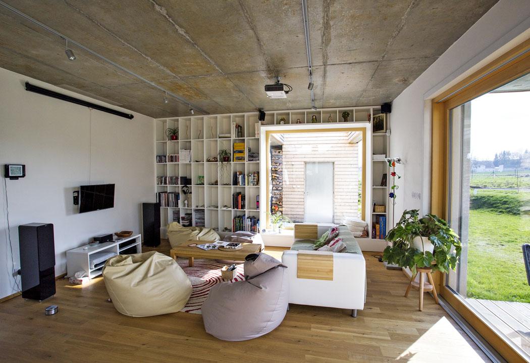Pohled dohlavního obytného prostoru – relaxační zóny. Finální povrchy podlah, stěn astropů byly zvoleny sdůrazem napoužití přírodních materiálů.