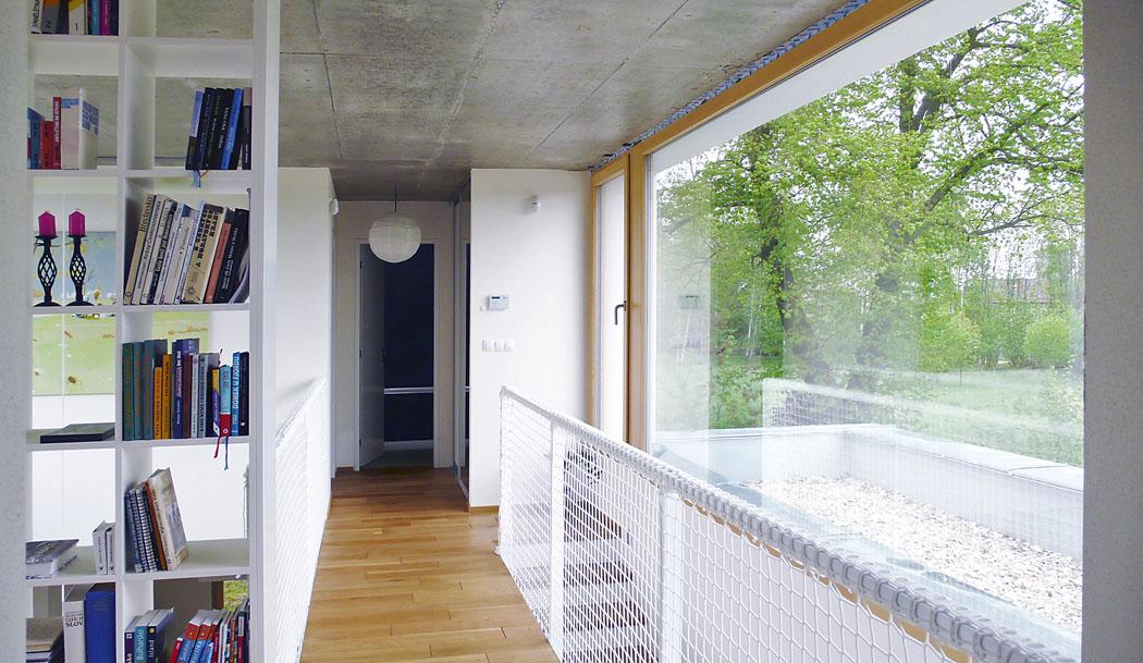 Významným určujícím motivem interiéru domu je galerie nad jídelnou.