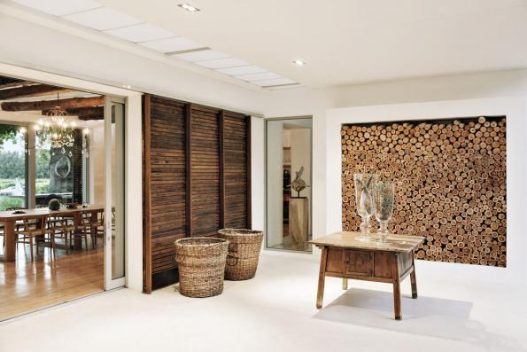 Prostorná bílá hala vytváří dokonalou scénu pro uplatnění zajímavých struktur: dvojice proutěných košů, centrální stolek askleněné poháry spřírodninami, pečlivě vyskládaná polínka aprkénka posuvných dveří souznějí vdokonalé symbióze...