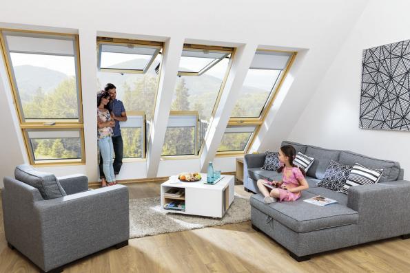 Střešní okno, vněmž otevřená křídla vytváří balkon. Horní křídlo se otevírá výklopně vzhůru, dolní otevřením vpřed umožní ničím nerušený přístup dovnitřku balkonu (FAKRO)