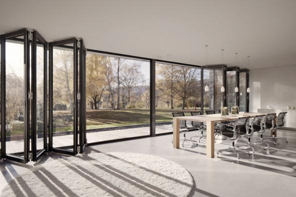 SL 82 je tepelně izolovaná celoskleněná skládací stěna, splňující požadavky moderní architektury postránce funkčnosti, komfortu, čistoty linií, designu abezbariérového přístupu (HLADÍK)