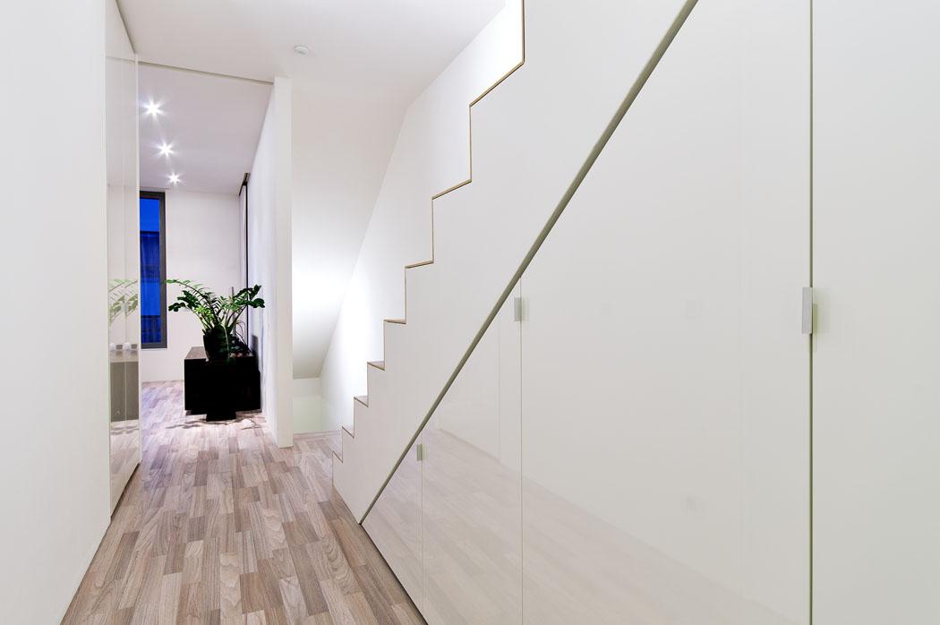 Veškeré vybavení architekt navrhl tak, aby bylo dokonale funkční abyl využit každý kousek místa. Například vestavěné skříně pod schodištěm.