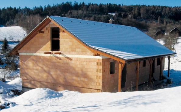 Se zimními maltami HELUZ nebo zdicí pěnou HELUZ je možné stavět i v mírné zimě.