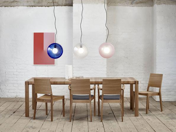 Masivní stůl Chop značky TON vynikne vodorovně orientovanými pláty dřeva aelegantně zabroušenými boky.