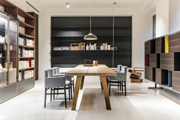 Minimalistický tvar adeska ze tří masivních fošen ztřešňového dřeva, znichž každá je jiná, vyjadřují současný designový trend kombinovat dokonalé snedokonalým. Stůl Ryoba pro italskou značku Porro navrhl Piero Lisoni.