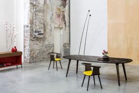 Letošní novinkou italské značky Bross je organicky tvarovaný stůl Ademar spodnoží ztvrdého dřeva atřímetrovou deskou oválného tvaru. Tu si můžete vybrat zmramoru, dubového dřeva, odolného kompozitního materiálu Fenix, případně vdalších efektních provedeních.