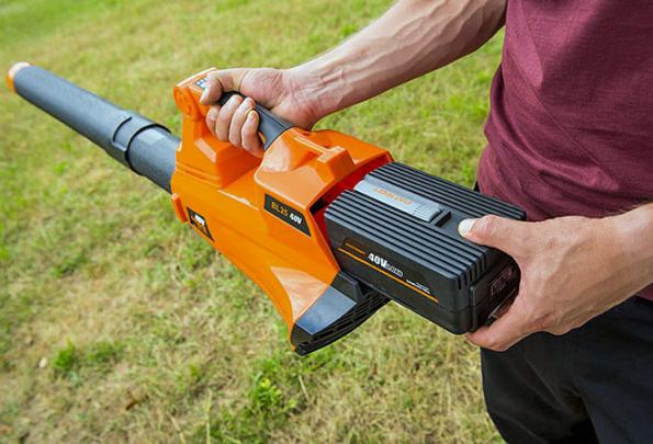 AKU fukar Patriot BL25 40V oceníte nejen poúdržbě živých plotů, ale především při úklidu problematických zákoutí zahrady, jako jsou záhonky askalky. Můžete ho využít také navyfoukání listí znízkých okapů, lehkého prachového sněhu zauta nebo nečistot ze zámkové dlažby, cestiček aschodů (MOUNTFIELD)