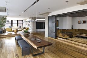 Industriální styl vychází zarchitektury průmyslových staveb, jejichž charakter vinteriéru rozvíjí jednoduchým, strohým apraktickým vybavením. Průmyslový design asurový vzhled materiálů povyšuje nasvébytnou dekoraci ahlavní motto stylu.