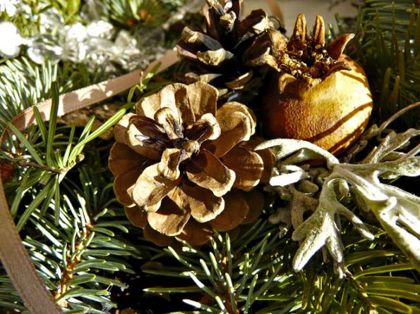Natvorbu vánočních dekorací lze použít i šišky, větve a různé suché plody.