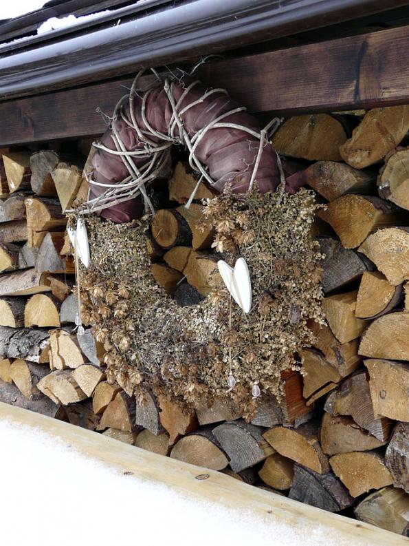 Tvorba zimních dekorací nezná mezí, záleží pouze na vaší fantazii a možnostech realizace. Svůj tvůrčí um, cit pro proporce a materiály můžete uplatnit v domě, na terase i nazahradě. Nám se zalíbil nápad ozdobit adventním věncem ze suchých větví i zásobu dřeva.