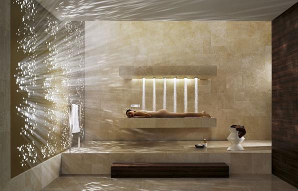 """Značka Dornbracht vyvinula speciální systém horizontálního sprchování. Trysky můžete ovládat elektronicky avytvořit si vlastní """"wellness scénář""""."""