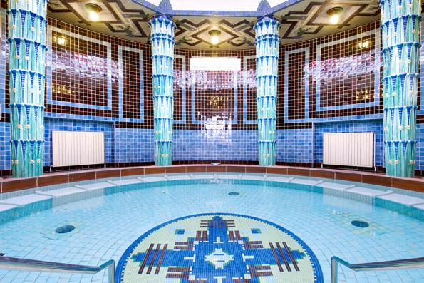 Podobné mozaiky, jaké spatříte v hotelu Alexandria, zdobí také věhlasné historické lázně Amalienbad veVídni. Tato keramika je chloubou tradiční české značky RAKO.