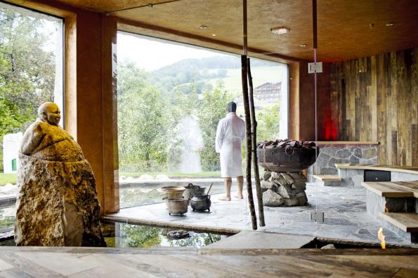Mystic sauna vhotelu Romantik Turm působí jako přímá součást okolní přírody. Naprosto vše je tu zpravých ačistě přírodních materiálů lokálního původu. Hosté ocení ikaždodenní tematické saunové rituály.