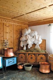 Senná koupel vdřevěné kádi je unikátní zdejší procedurou. Seno sklízejí navlastní louce vnadmořské výšce 1800 metrů. Roste tu až 70druhů bylinek nametr čtverečný.