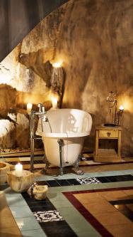 Součástí terapie vhotelu Romantik Turm je ivinná koupel. Zbytky povylisování vinných hroznů zpomalují stárnutí amají jedinečné posilující účinky nalidský organismus.