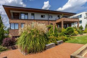 Poněkud netradičně pojaté rodinné bydlení vyrostlo vatraktivní lokalitě nad údolím řeky Berounky. Jde ovila dům se šesti byty anebytovými prostorami.