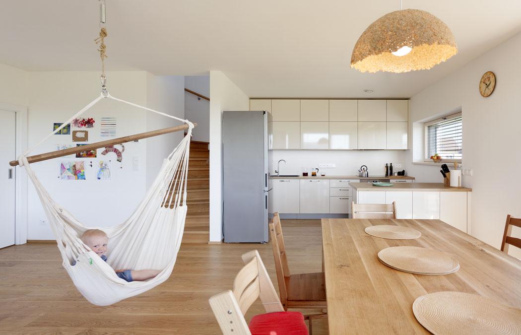 Vpravé části hlavní obytné místnosti se nachází kuchyně slinkou ajídelní sekce se stolem.