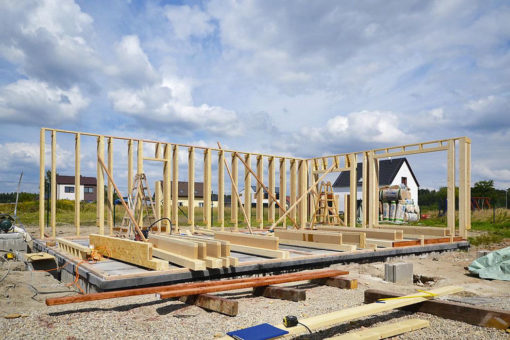 Záběry ze stavby odhalují lehký dřevěný skelet nabetonové základové desce. Při stavbě domu vpasivně energetickém standardu jde obezchybné provedení každého detailu.