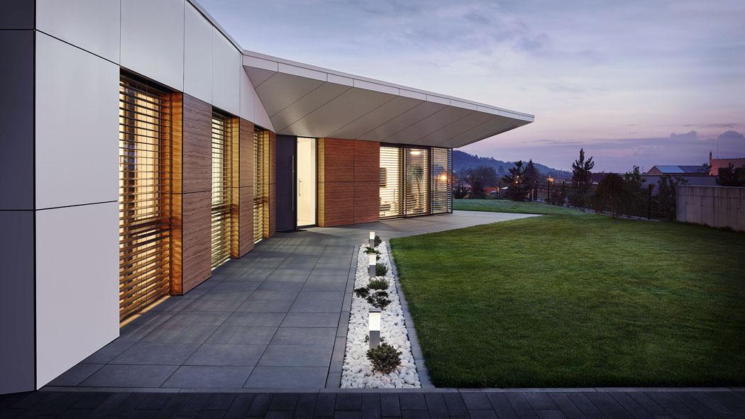 Obytnou část domu lemuje průběžná terasa, přístupná ze všech místností. Odrána dovečera mohou obyvatelé domu relaxovat nasluníčku, nebo naopak vestínu.