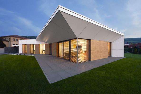 Charakteristickým architektonickým prvkem je výrazně přesahující střecha se zkoseným podhledem. Řešení není výtvarným rozmarem, ale vychází zproudění paprsků slunce. Přesahující střecha jim vlétě účinně brání, vzimě je naopak propouští dointeriéru, aby příjemně vyhřívaly dům.