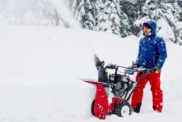 Dobře připravené vás nezaskočí čerstvý prašan ani hluboké závěje. Sněhová fréza Toro PowerMax 826 OEV (Foto: Mountfield)