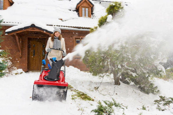Odhoz sněhu z přístupové cesty hladce zajistí jednostupňová benzinová sněhová fréza Toro Quick Clear CCR 6053 R (Foto: Mountfield)
