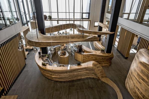 Magnetem pro návštěvníky nového hotelu se stal bar. Jeho dynamickou podobu tvoří masivní komponenty zdubového dřeva. Zaněj získal resort prestižní ocenění  vsoutěži iF DESIGN AWARD 2016