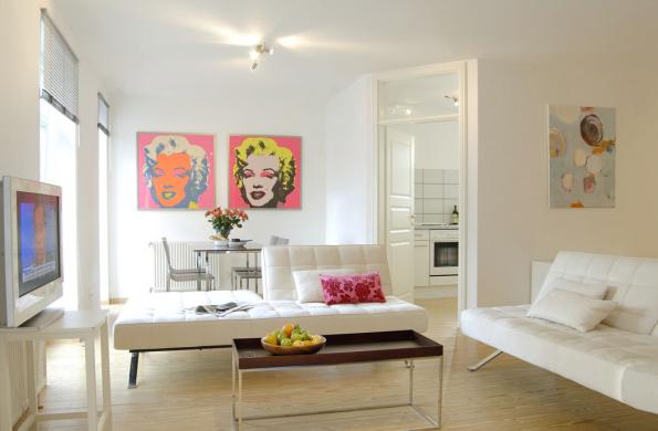 Elegantní bílý interiér posunuly dominulosti ikonické kožené pohovky Barcelona zroku 1929 německého architekta Ludwiga Miese van der Rohe spolu sdublovanou Marilyn odAndyho Warhola.