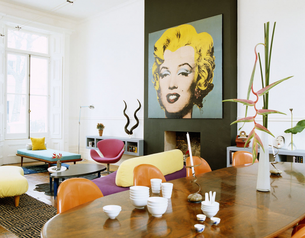 Zde je portrét Marilyn magicky přitažlivým středobodem celého interiéru, nakterý navazují zářivě barevné solitéry. Hnědá podlaha anábytek rozverný interiér uzemňují, zatímco černý krb vytváří pestrému obrazu velmi elegantní adůstojný rám.