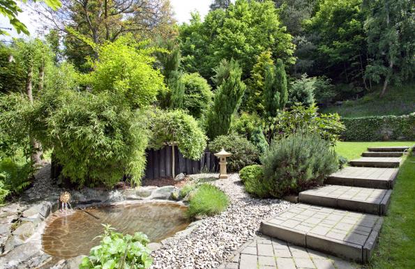 Vlastní pramen pitné vody napájí přírodní jezírko a přináší do zahrady příjemné osvěžení v parných letních dnech. Po bazénu už dnes majitel domu vůbec netouží.