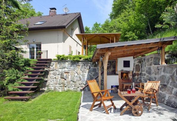 Zahrada ve svahu umožňuje vytvoření členitého prostoru, vhodného jak pro pořádání zahradních párty, tak pro relaxaci. Údržba takové zahrady dá ovšem zabrat.