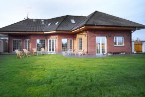 Dům roku 1997 zaujal členitým tvarem, složitě prolamovanou střechou, elegantní barevnou kombinací a luxusním vybavením.
