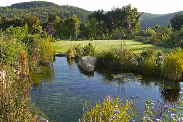 Zapojení zahrady dookolní přírody je důležité především tam, kde se pohledově prolínají. Toto pravidlo bylo také novinkou vpohledu namoderní zahradu.