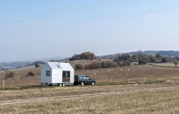K přesunu domku Mobile Hut potřebujete jen větší osobní auto s tažným zařízením, tzv. koulí. Postavit ho můžete kdekoli bez stavebního povolení. (Zdroj: Mobile Hut)