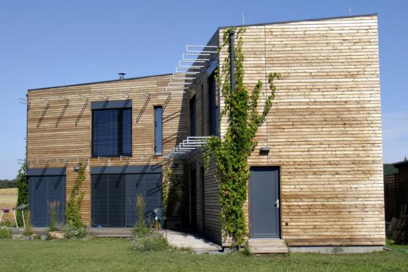 Posledním tvarovým typem domu, kterému se začalo sem tam dařit teprve por. 2005, je funkcionalistická (lépe snad modernistická) vila vjejích nejrůznějších variacích.