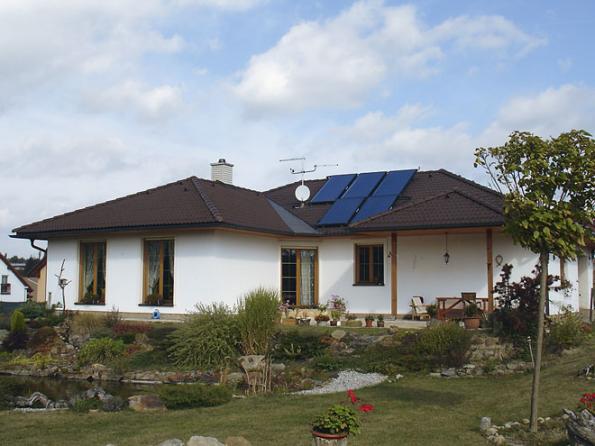 Vymazlené El: dům uzavřeného konceptu svalbami askolmým křídlem, jež vkoutě před obývacím pokojem nabízí příjemnou venkovní pobytovou intimitu.