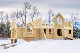 Nepřítelem stavbařů dnes v mnoha případech není ani tak mráz, jako spíš zimní počasí s kolísáním teplot, oblevami s nadměrnou vlhkostí, kratší dny, ztížená doprava atd.